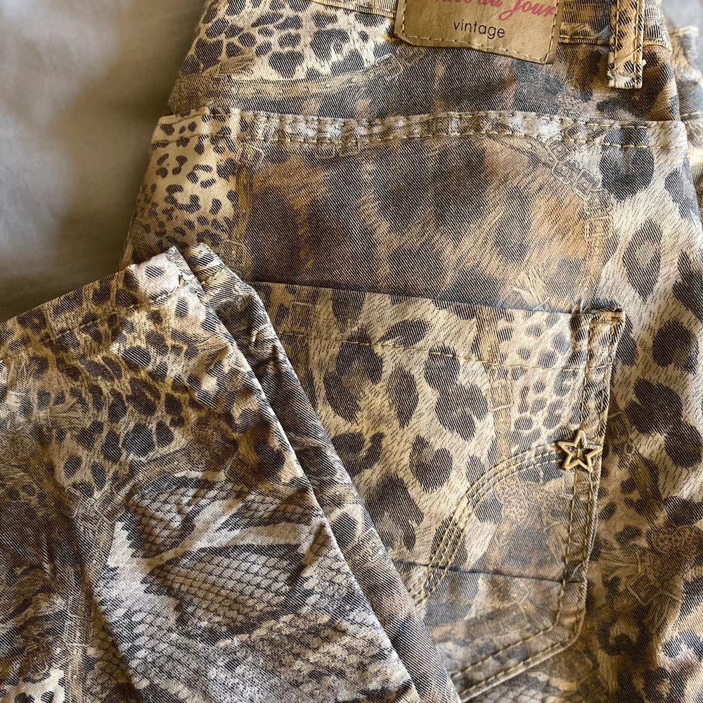 Säljer nu mina mönstrade jeans från märket Peace Du Jour i strl S/M då dem kommit till användning endast 3 ggr ca! Nypris 1199kr . Jeans & Byxor.