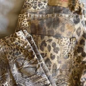 Säljer nu mina mönstrade jeans från märket Peace Du Jour i strl S/M då dem kommit till användning endast 3 ggr ca! Nypris 1199kr