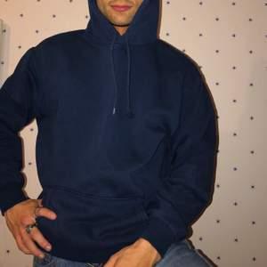 Mörkblå oversized hoodie, jättefint skick förutom en fläck på ena sidan av framfickan, har ej testat supernoga att tvätta bort den så vet inte om det kanske går att få bort. Supercute iallafall!