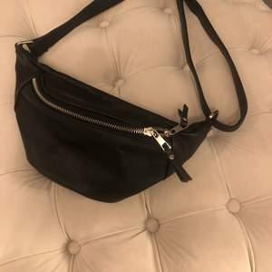 Säljer en svart bumbag som knappt är använd. Den är i mycket fint skick och har fina detaljer, väskan har även ett justerbart band. 80kr (frakt tillkommer) 💕