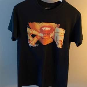 Cool svart t-shirt från zalando i xs men sitter lite oversized på mig som är s