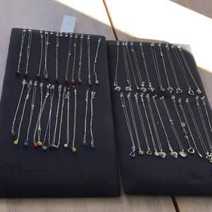 Säljer lite olika halsband i olika färger