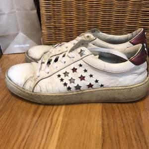 Intressekoll på vita skinnsneakers med stjärnor från Tommy Hilfiger. Strl 37. Använda men fortfarande i gott skick och sköna.