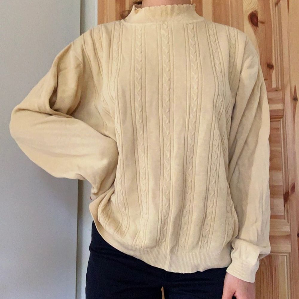 En stickad tröja i ljusgul färg. Passar bra till våren. Är xl, sitter löst på mig som bär xs/s men inte för stort. ✨. Stickat.
