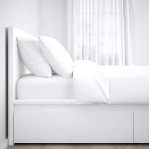 En stilren form som är lika vacker från alla sidor – placera sängen fristående eller med huvudgaveln mot en vägg. Köpte sängen från Jysk för två år sen, en helt fantastisk skön säng sover varje kväll som en prinsessa, vill knappast gå upp ur sängen pågrund hur skön den är. Sängen är helt ren inga skador. Passar perfect till en student elev eller till ett litet rum.