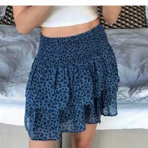 Säljer min fina, slutsålda kjol från Kappahl🦋 Helt oanvänd i storlek 170 och passar mig som är S/XS och skulle även kunna passa en mindre M pga resåren (säljes endast för rätt pris)🧿