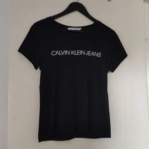 Säljer min Calvin Klein t-shirt, helt oanvänd, endast hängt i garderoben. Storlek S. OBS! ÄKTA CALVIN KLEIN