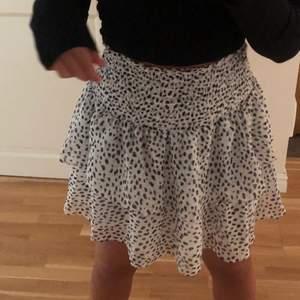 Säljer nu denna super fina kjolen då den inte kommer till användning längre. Sparsamt använt! Köptes för 449kr och säljes för 200kr + frakt❤️