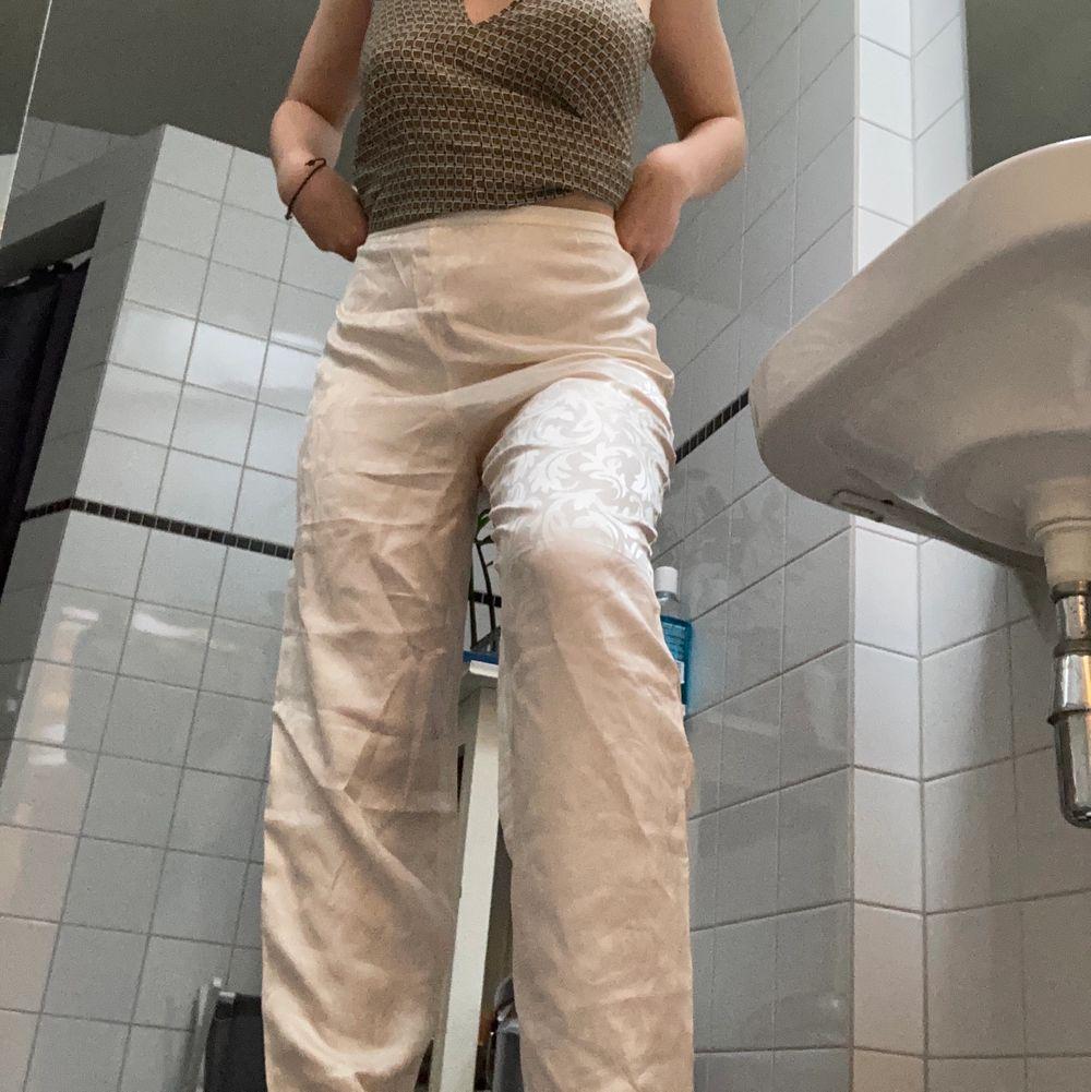 Vida, vita, mönstrade silkesbyxor👖 EXTREMT BEKVÄMA!! Lite stora i midjan men går att sy in eller lösa på annat sätt! . Jeans & Byxor.