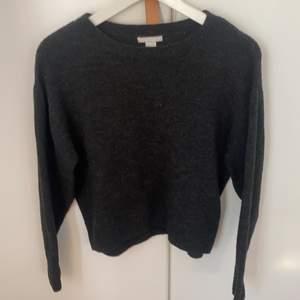 En svart/grå tunn stickad tröja köpt på hm
