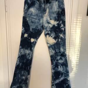 Coola jeans som är blekta och tiedyed. Storlek S men är lite stretchiga så passar även en mindre M. Lite slitage på baksidan längst ned som ni ser, men bidrar till looken. 💘💘 möts i sthlm elr fraktar