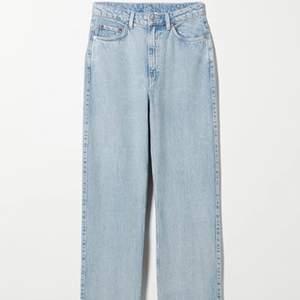 Säljer ett par super snygga jeans ifrån weekday i modellen rowe och i färgen summer blue 🤍🤍 Jeansen är i superbra skick. Det är i strl W26 L30, köparen står för frakt.