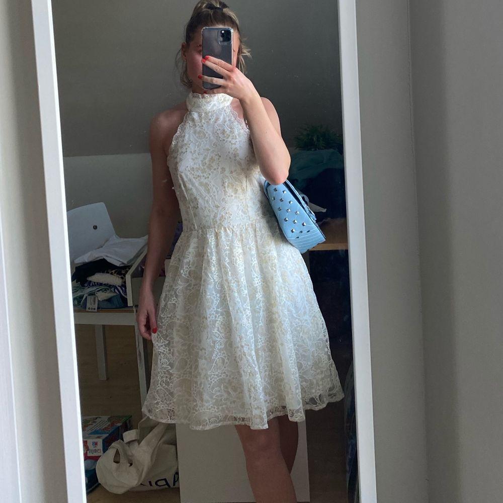 vackraste vackraste halterneckklänningen från limited 2019 Molly Rustas x Bubbleroom 🌷 Går ej att få tag på. Storlek 34, men känns mer som 36. Perfekt skick och dragkedja baktill 🐚 Fraktkostnad: 59kr spårbar och samfraktar givetvis (nypris 450kr-600kr). Klänningar.