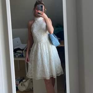 vackraste vackraste halterneckklänningen från limited 2019 Molly Rustas x Bubbleroom 🌷 Går ej att få tag på. Storlek 34, men känns mer som 36. Perfekt skick och dragkedja baktill 🐚 Fraktkostnad: 59kr spårbar och samfraktar givetvis (nypris 450kr-600kr)