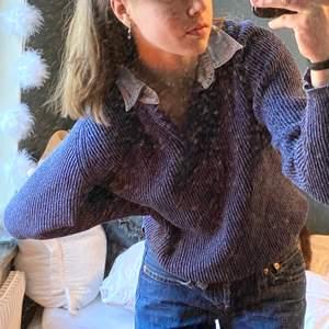 Hur ska jag beskriva denna...? Obeskrivlig! En piké, blandad/ihopsatt med en stickad tröja / sweater. Både varm och bekväm, och snygg på samma gång. Går även att knäppa. Skulle säga att plagg som dessa är svåra att hitta. Köpt på second hand förstås. Blå! Frakt tillkommer på 64 kr spårbar.