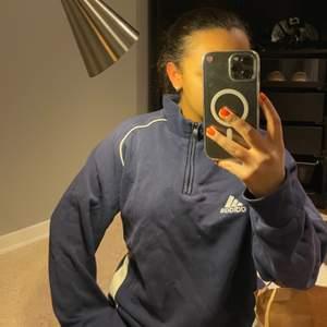 Polokrage med dragkedja vintage adidas tröja i marinblått. Tyvärr vita flickor vid bröstet som ska gå bort med bra borttagning. Storlek L/XL men är mycket mindre och skulle säga att det är en oversized XS eller en S