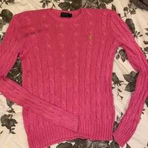 Säljer!💓 äkta kabelstickad Ralph lauren tröja i cerisrosa i storlek S, använd 5 ggr! Bud från 100kr+frakt.