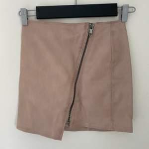 Laxrosakjol (skin-imitation) perfekt för dig som är mindre och har svårt att hitta kjolar som passar (storlek 32). Dragkedjan går att dra ner hela vägen. Frakt - 24kr