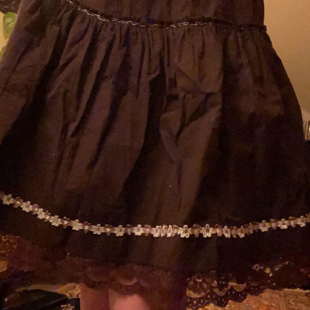 äkta vintage från ca 80 talet (har fått ärva denna), urgullig men har ingen användning av den. står ingen storlek men passar perfekt på mig och jag ligger på ca XS-S, dessutom är kjolen stretchig så den skulle lätt kunna passa på M också. tar emot bud och byter även denna mot andra klädesplagg, frakt diskuteras! <3. Kjolar.
