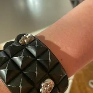 Tja, säljer detta coola armbandet. Det går och ställa in Storleken på de efter hur stor handled man har.