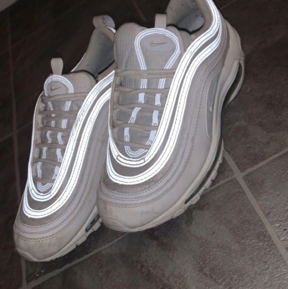 Dessa skor var lite för små men de var försmå men använda en gång, väldigt fint skick, ingen kartong eller kvitto tyvärr då de slängdes för vi trodde att de passade. Skor.