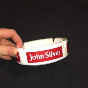 John silver askfat, aldrig använd. Buda! Startbud:20kr budet ligger just nu på:20kr. (Buda med minst 10 kr) köpare betalar frakt :-)