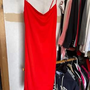 Fin röd klänning. Figurnära nyskick