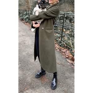 Super fin kvalite kappa från h&m. Materialet är - Wool blend. Aldrig använd! Prislappen finns kvar!