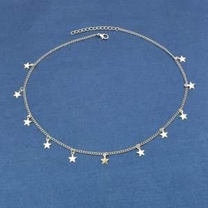 Jättegulligt silvrigt halsband från shein med små stjärnor på. Jättefin men kommer inte till användning, alltså aldrig använd. Frakt kostar 24kr