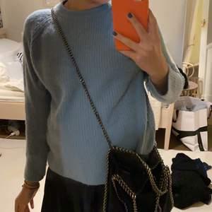 Superfin cashmere tröja ifrån lisa yang!! Passar en XS. Lite nopprig men annars fint skick. Säljer för 250❤️