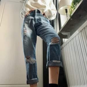 Trendiga jeans från Boohoo. Strl xs. Söker nytt hem pga att de är för stora på mig! 💙 Skriv i kommentarer eller kontakta mig vid intresse. Fraktkostnad tillkommer. Buda om fler intresserade.