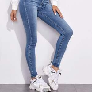 Säljer dessa jeans jag köpte från shein då de tyvärr var för stora på mig vid midjan :/ köptes för 219kr