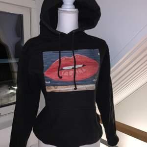En hoodie från the cool elephant i nyskick i storlek S. Frakt tillkommer beroende på om man vill ha spårbart eller inte💓