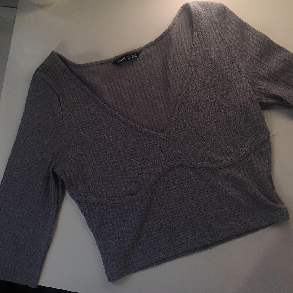 en helt ny grå tröja i ribbat material🦋. Toppar.