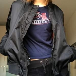 Svart bomberna jacka, vintage från cricket. Storlek L men mer dom en M. Passar perfekt i längd på mig dom är 177 cm lång❤️❤️❤️