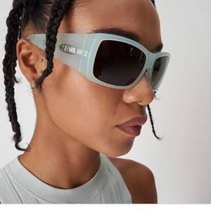 Helt nya oanvända Eytys Poison Sunglasses i färgen minty milk/green. Prislappen kvar, kommer i orginalförpackningen. Nypris 1700 kr. Verkligen så fina! Fraktar eller möts upp i Stockholm.