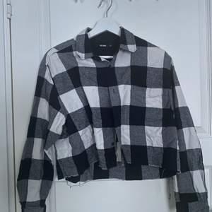 Cropad flanellskjorta från bikbok i storlek XS men den är oversized så den passar XS-M. 50kr + frakt, pris kan diskuteras!!