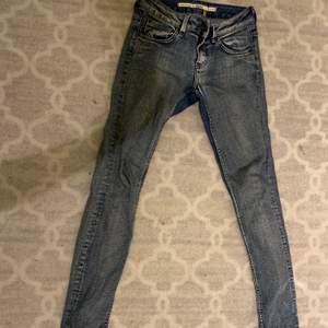 Blå lågmidjade jeans i storlek 36. Köparen står för frakt. :)