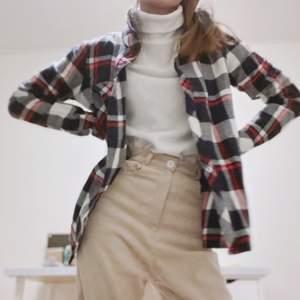 säljer en rutig flanellskjorta i storlek XS! superskön och bra material. hade en flanell-skjorte-period men känner jag växt ur den nu lol så hoppas kunna hitta nytt hem! 🏡 frakt tillkommmer! budgivning vid flera intresserade! 💌
