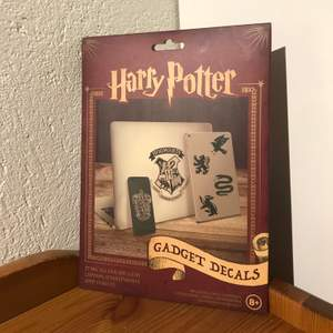 Harry Potter-klistermärken speciellt anpassade till att ha på mobil, dator och surfplatta. Jag har endast använt sju så det finns 20 st kvar.