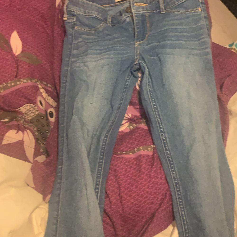 Ett par för små Hollister jeans som är storleken XS. Möts bara upp. Jeans & Byxor.