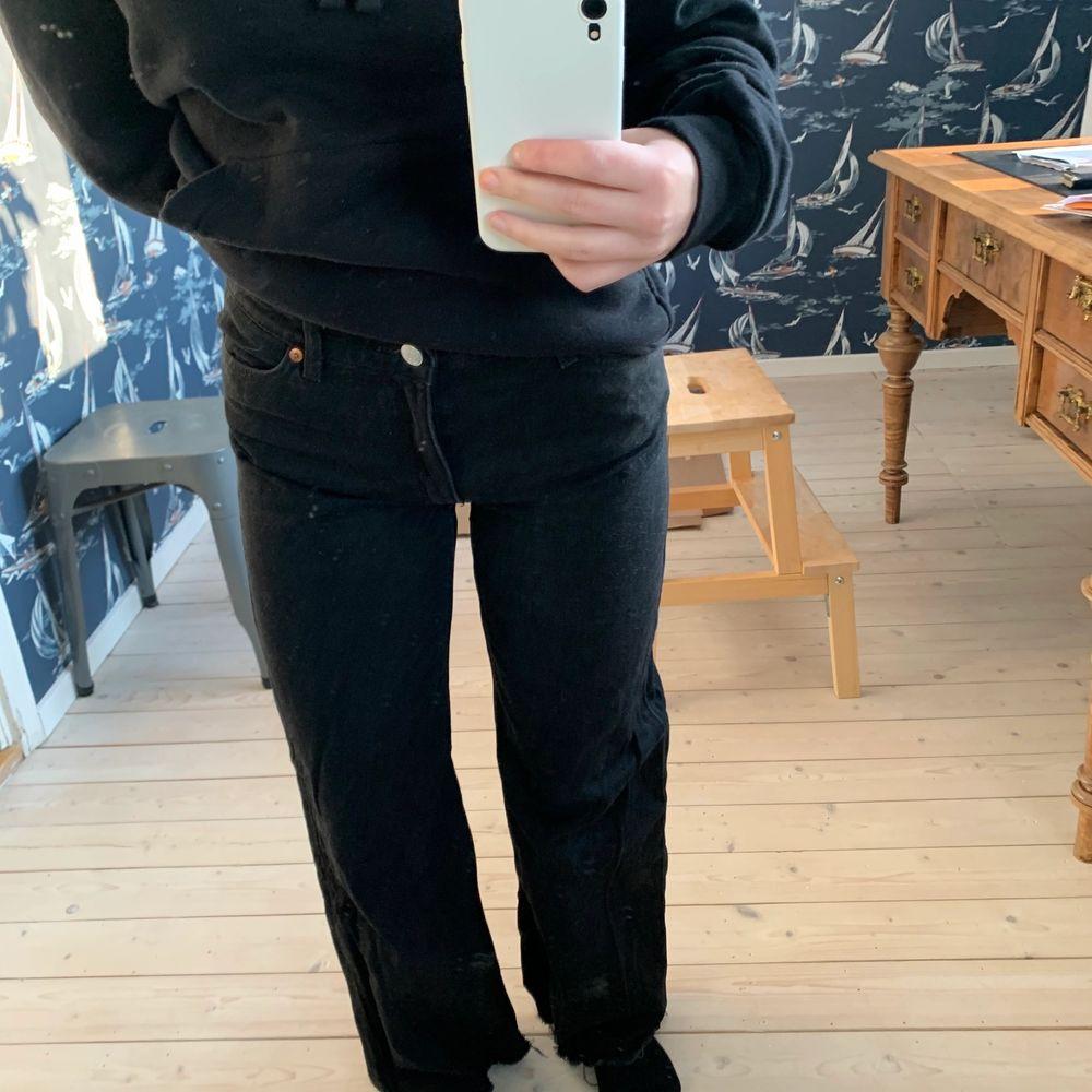 Säljer mina Monki jeans som jag inte använder längre. Inte fått så mycket användning av dessa, så är i super fint skick. De är lite avklippta, passar mig som är 1.65 cm lång. . Jeans & Byxor.