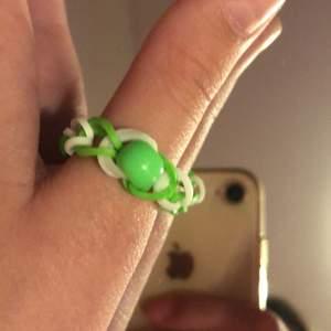 Säljer denna ringer som är hemgjord för 18kr. Som är i färger vit och grön med en pärla i mitten.