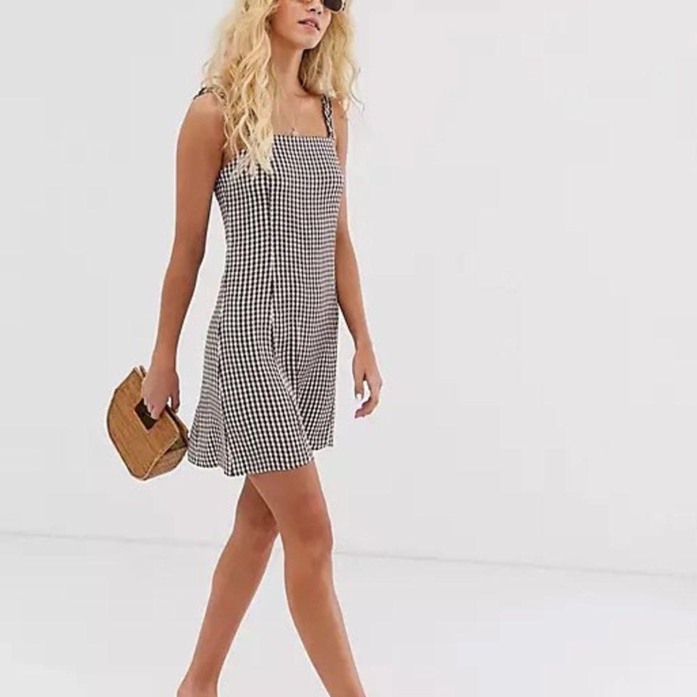 Säljer denna super härliga klänningen från & other stories som är perfekt inför sommaren. Inköpt för 600kr och är i nyskick, kan givetvis skicka egna bilder vid intresse! 🤍🤍. Klänningar.