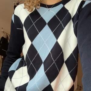 Långärmad, rutig tröja i storlek S, men passar xs/s/m beroende på hur man vill att den ska sitta. Tröjan är aldrig använd och i otroligt fint skick!💕