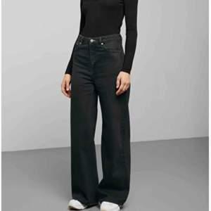 Supersköna wide jeans från weekday !! 🖤 Jag är 171 cm och de är i perfekt längd, aningen korta :)