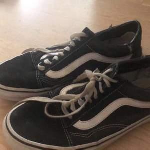 Svarta vans skor, använda ett halvår så rätt slitna. Köparen står för frakt!