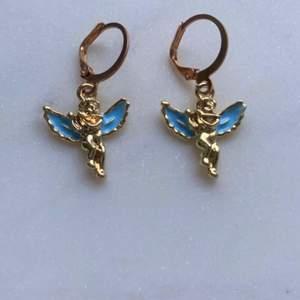 Säljer handgjorda nyckelringar & örhängen ✨👼                   Om man köper två örhängen så ingår frakten✨                    Om du skulle vilja matcha så säljer jag även liknande nyckelringar (bild 2)✨