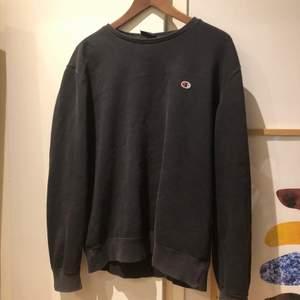 Säljer denna champion sweater då den inte kommer till användning längre💪 Om du har några frågor kan du skriva privat😊😊 FRAKT INGÅR I PRISET✨👌