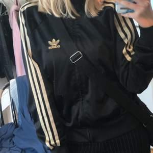 Jätte snygg Svart/Guld adidas hoodie köpt på sellpy! INTRESSEKOLL, Då jag inte vet om jag vill sälja eller inte..